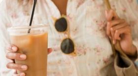 Пейте кофе через соломинку!
